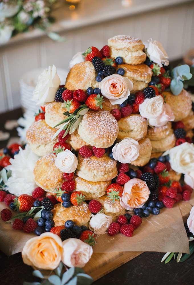 A mistura de pães doces com frutas silvestres é perfeita para servir aos convidados de um casamento rústico.
