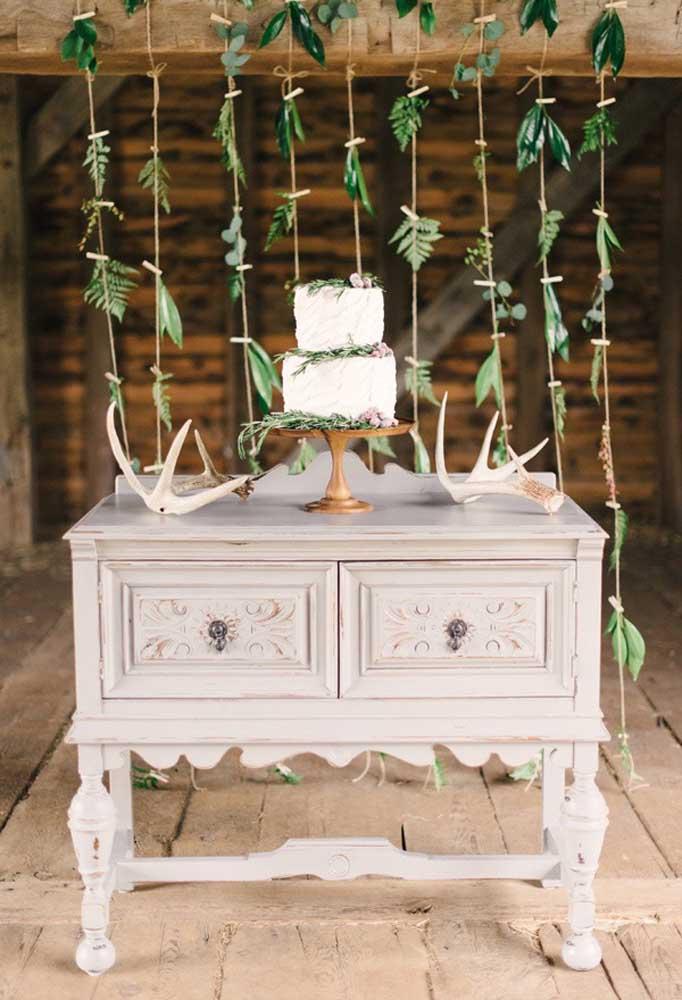 Uma penteadeira mais antiga pode ser usada como peça decorativa em uma festa de casamento mais rústico. Ela pode ser uma excelente opção para colocar o bolo em cima.