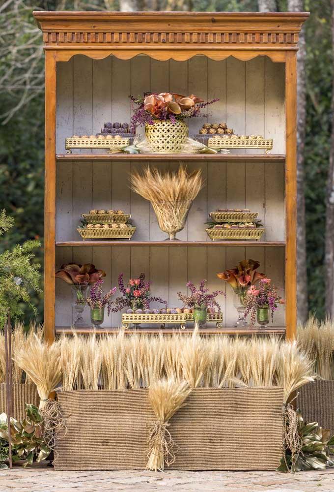 Móveis antigos feitos de madeira são excelentes para compor o cenário de um casamento rústico.