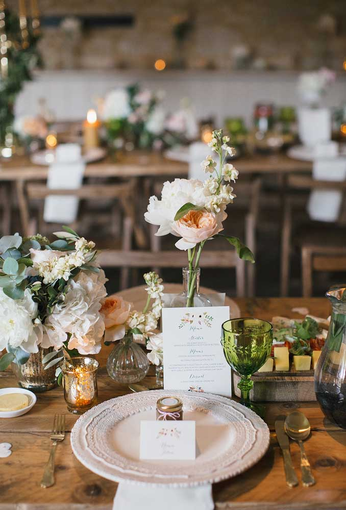 Aposte em peças mais singelas para decorar a mesa do casamento. Ao invés de usar arranjos, aposte apenas nas flores.