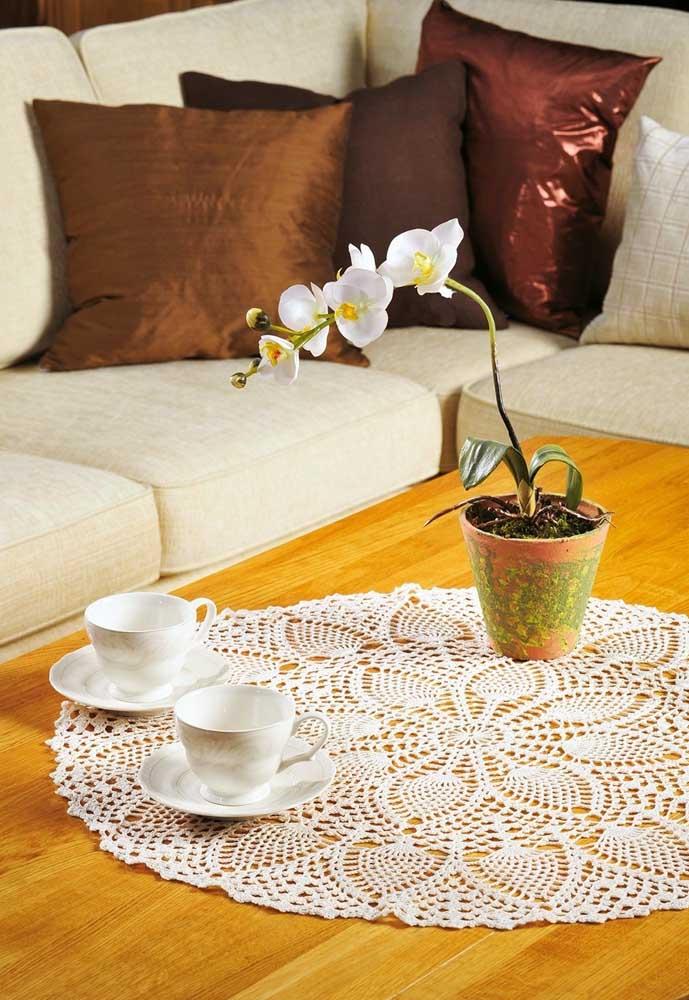 O centro de mesa de crochê redondo é um dos mais tradicionais para se decorar a sala de estar.