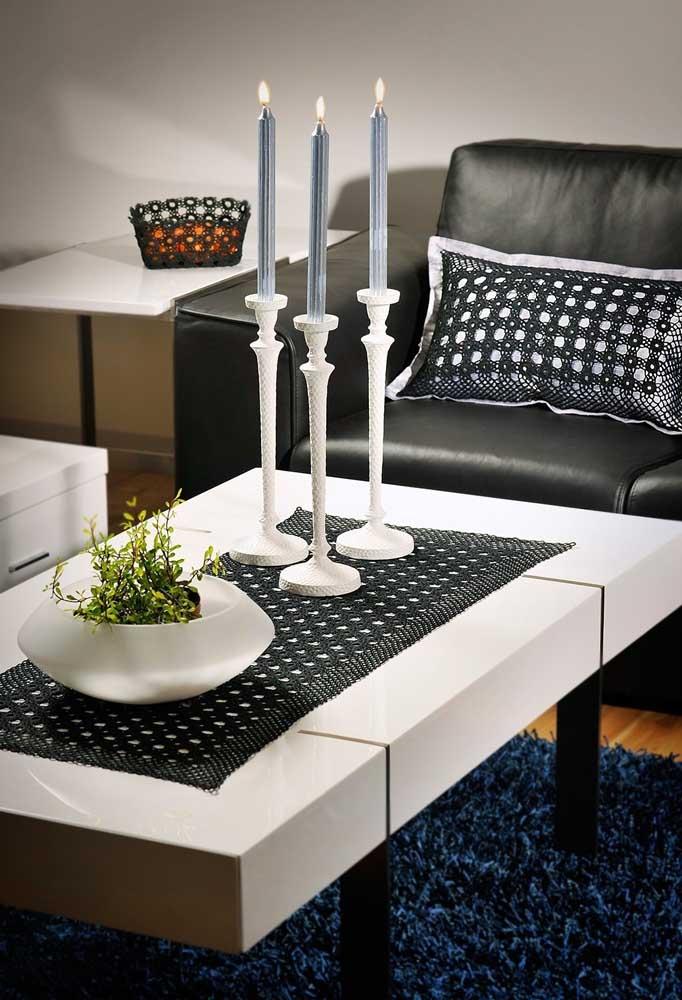 Faça uma combinação entre o centro de mesa de crochê e as capas das almofadas.