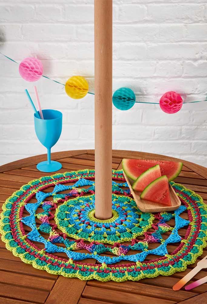 Deixe o ambiente mais descontraído com um centro de mesa de crochê totalmente colorido.