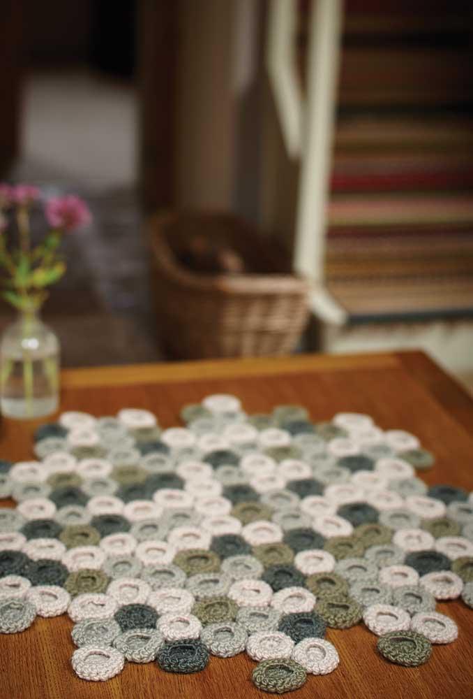 Alguns pontos de crochê deixam o visual bem delicado, como é o caso desse modelo de centro de mesa.