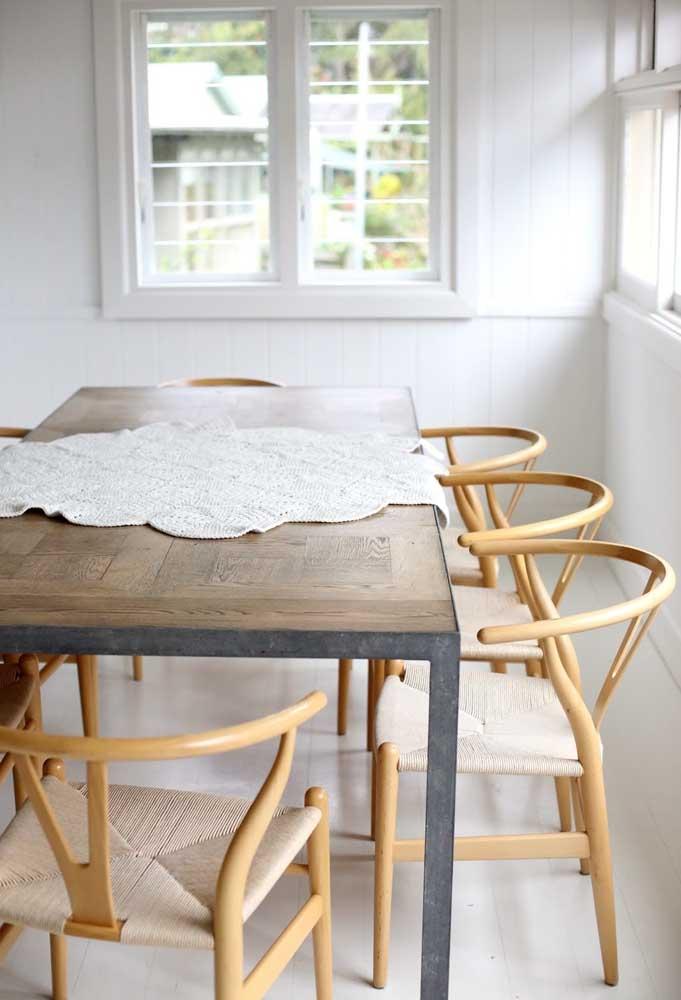As mesas de madeira ficam perfeitas com o centro de mesa feito de crochê.
