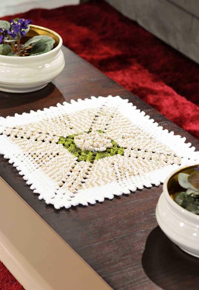 O modelo quadrado de centro de mesa de crochê fica ótimo com mesas retangulares.