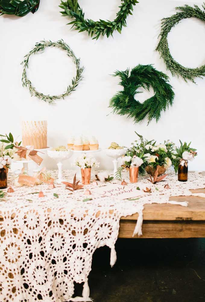 Ao invés de fazer um centro de mesa pequeno, faça um de crochê bem grande para decorar mesas largas.