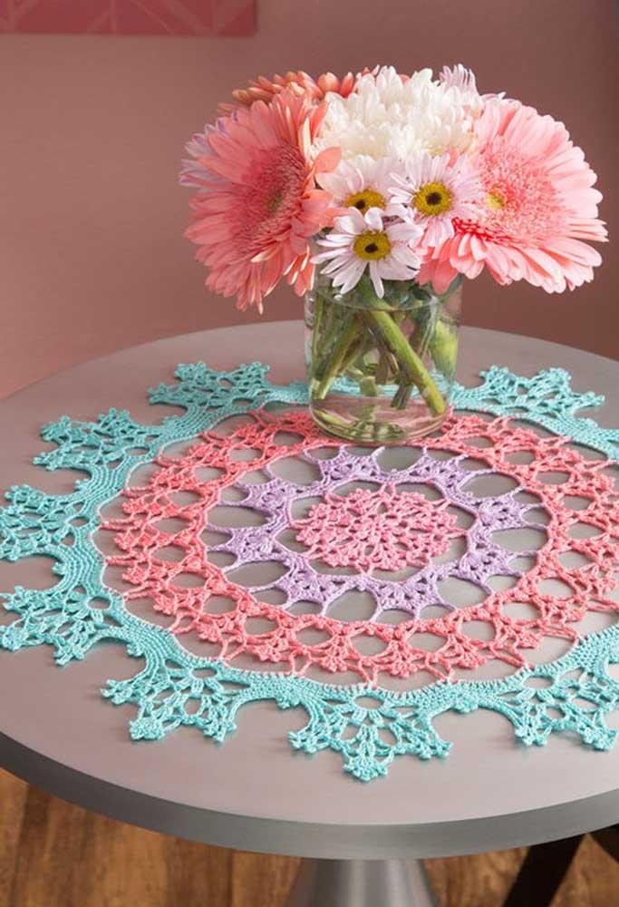 Use as cores da moda que são o azul tiffany e o pink para fazer um centro de mesa de crochê.
