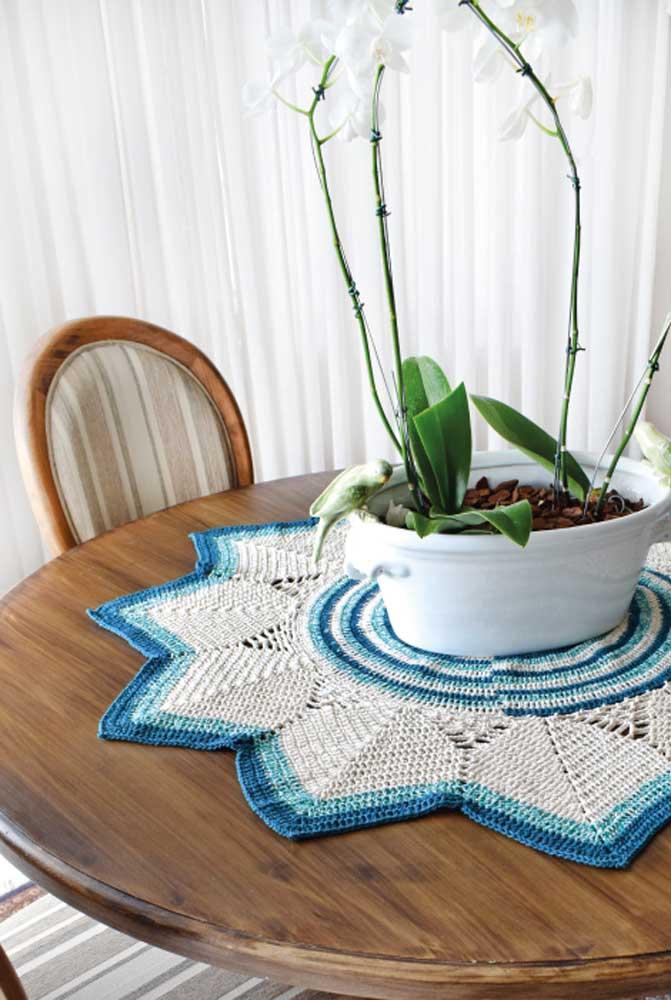 Que tal fazer um centro de mesa de crochê no formato de uma enorme flor? O resultado fica ainda mais lindo se misturar as cores branca e azul.
