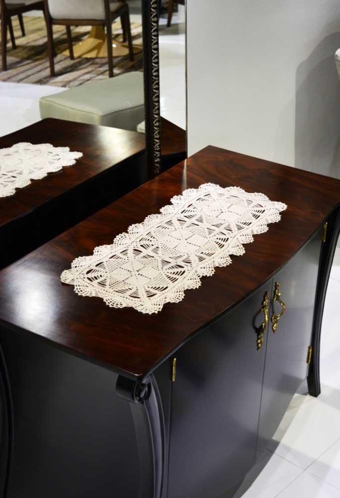Você também pode colocar um centro de mesa de crochê na mesinha de canto que fica na sala de estar.