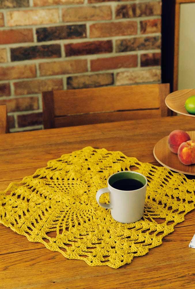 Agora se a ideia é apenas usar o centro de mesa de crochê como jogo americano, você pode fazer algo mais simples.