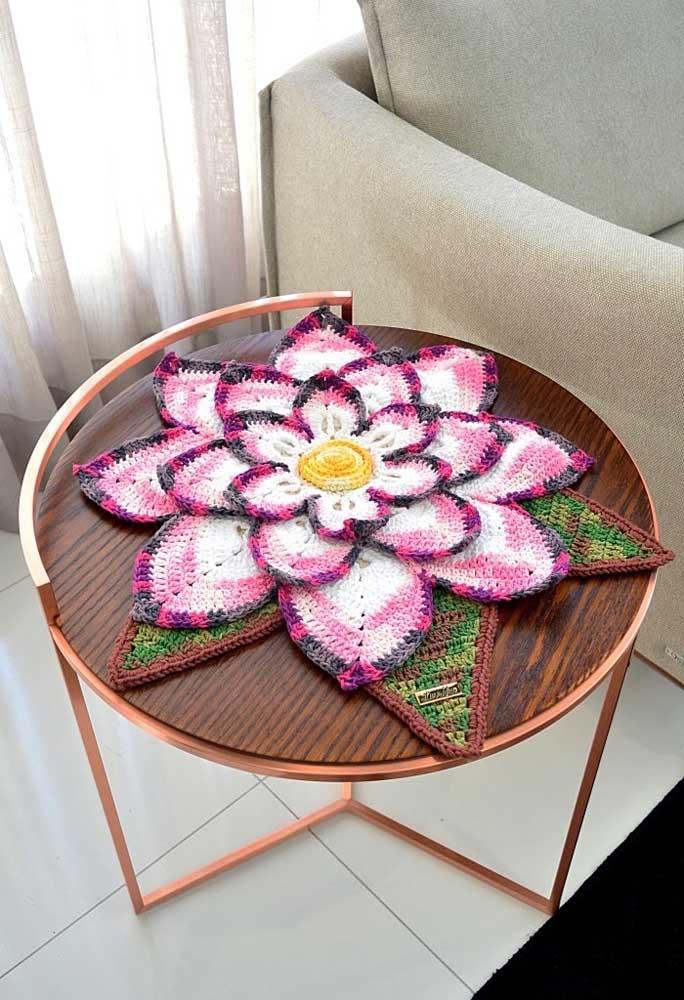 Quem conhece as técnicas de crochê pode fazer peças lindas como essas para decorar o centro de mesa.
