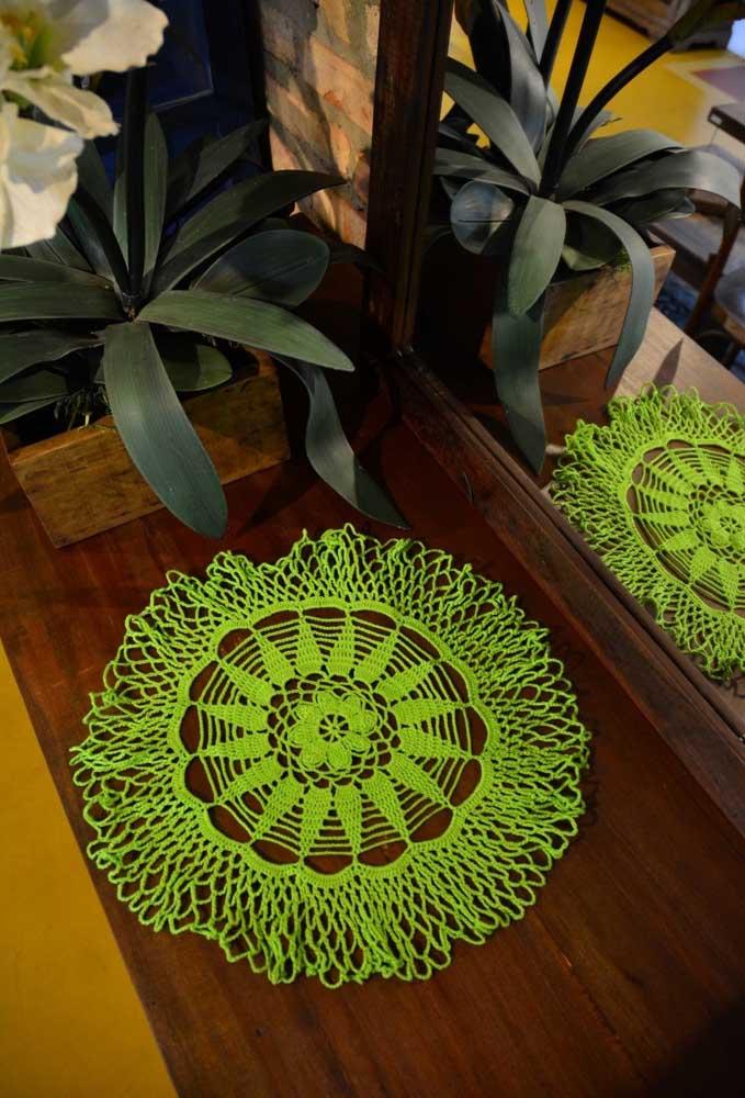 Quer chamar atenção? Use um centro de mesa feito de crochê com cores dos fios bem chamativos.