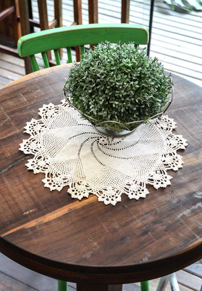Você pode fazer um centro de mesa de crochê que fique parecendo com peças feitas de fuxico.