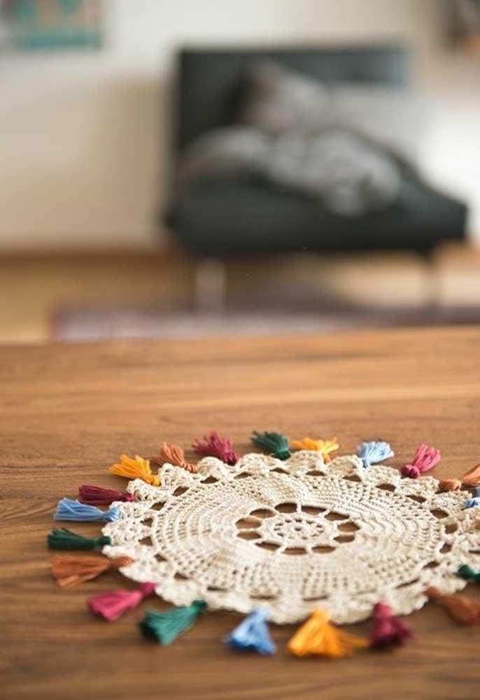 Ou você pode optar pelo centro de mesa de crochê nas cores preta e branca.