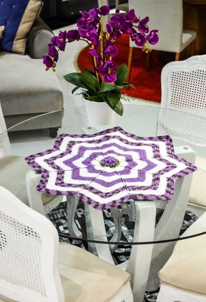 Para não deixar o centro de mesa de crochê muito simples, acrescente fios coloridos nas pontas.