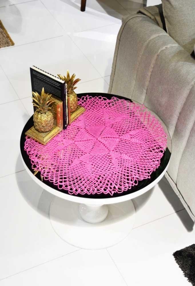 O centro de mesa de crochê no formato de uma grande flor destaca a mesa de vidro e deixa o ambiente mais bonito.
