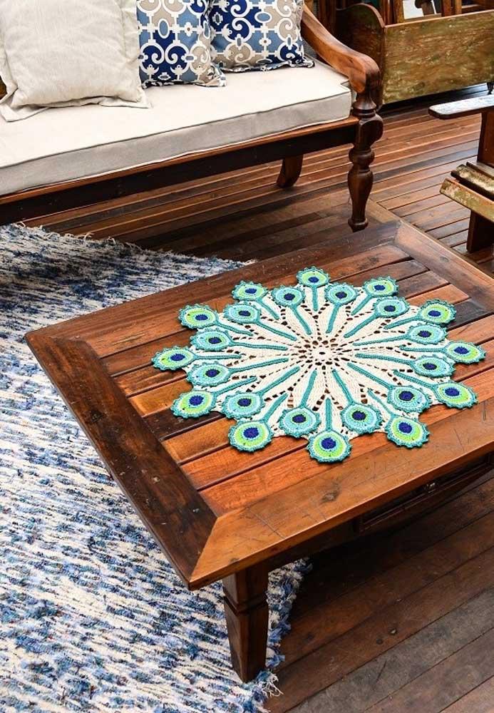 Faça um centro de mesa de acordo com o tamanho da mesa.