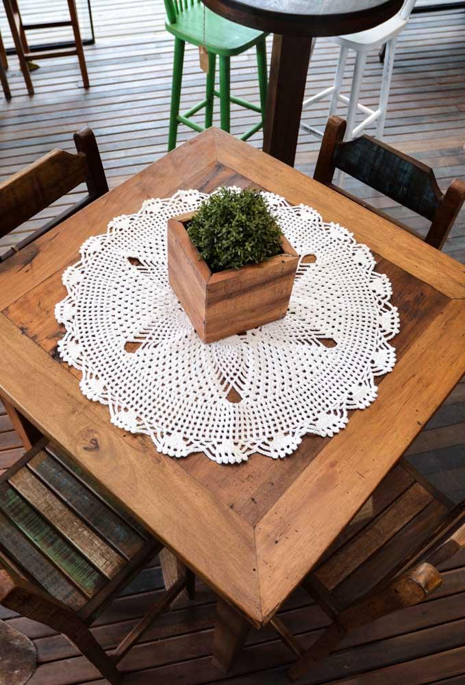 Que tal usar um centro de mesa de crochê amarelo para combinar com o piso?