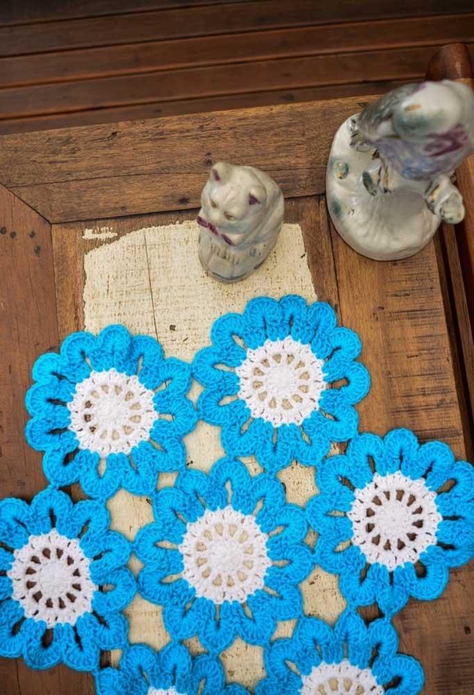 Faça várias flores de crochê e depois junte-as para formar um centro de mesa.