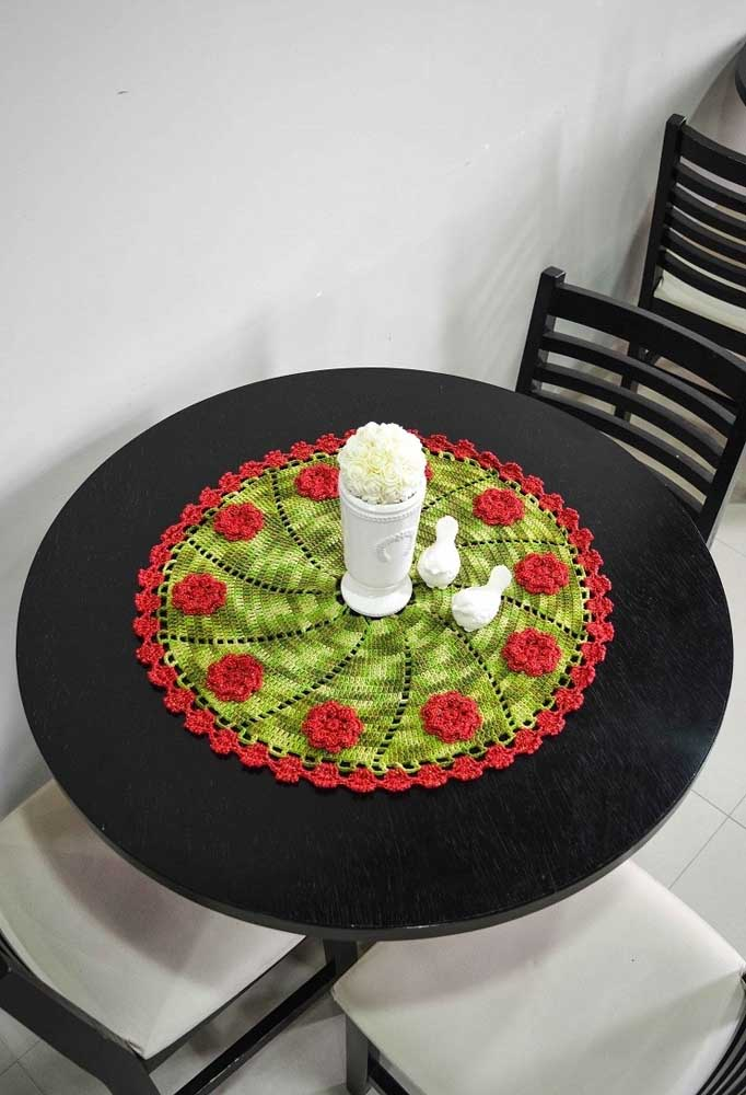 Olha o efeito que deixa esse centro de mesa. A combinação do verde com o vermelho destacou a mesa preta.