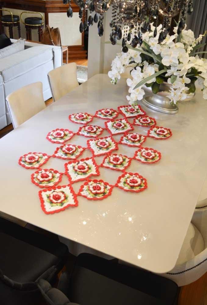 Faça formatos diferentes e junte para criar um centro de mesa de crochê diferente.