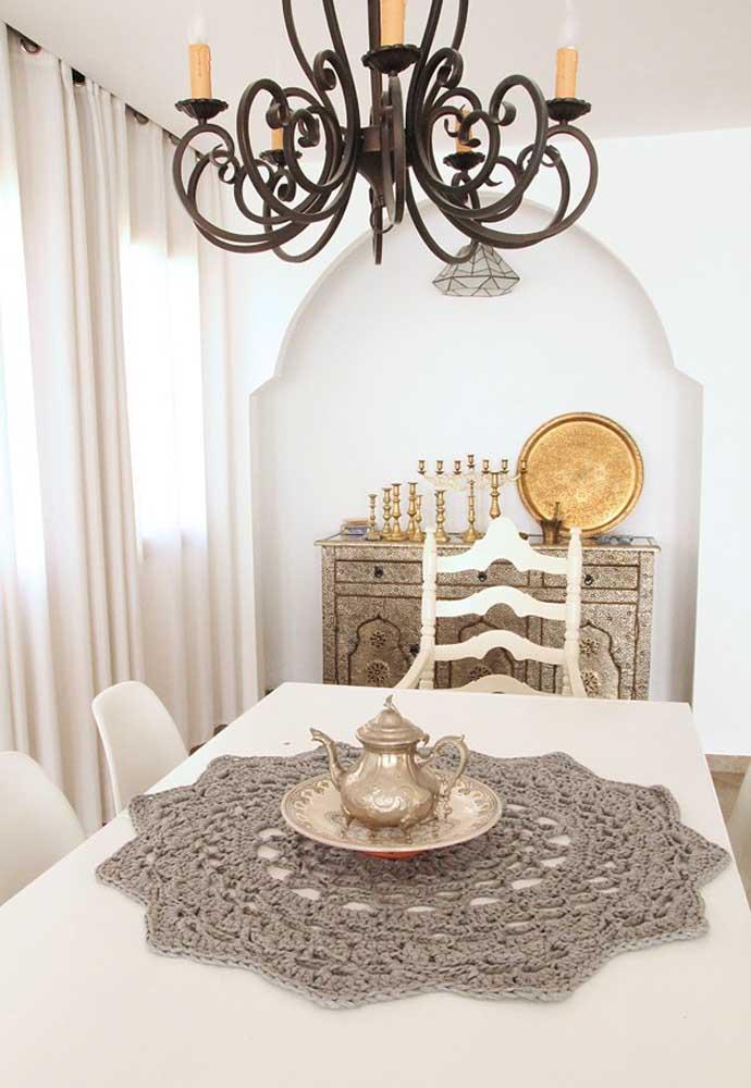 Se você deseja deixar o ambiente com um ar mais sofisticado, pode investir em um centro de mesa de crochê no tom cinza ou prateado.