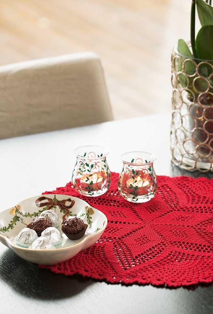 Um centro de mesa de crochê na cor vermelha e no formato bem fechado fica perfeito em qualquer mesa.
