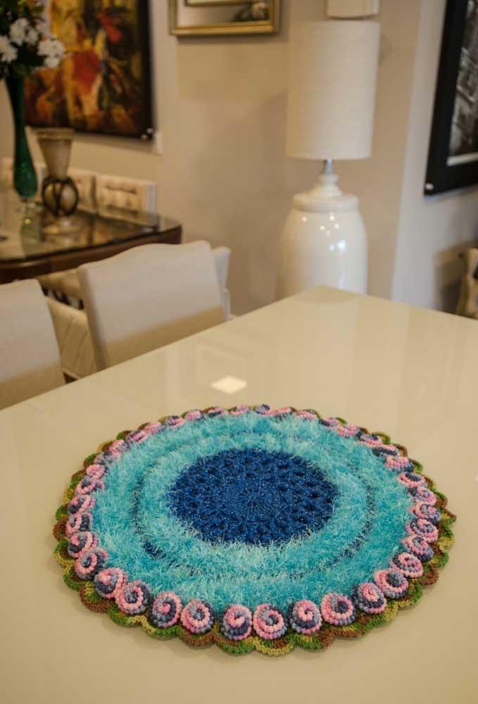 Além do crochê você pode usar outros materiais para fazer um centro de mesa diferente.