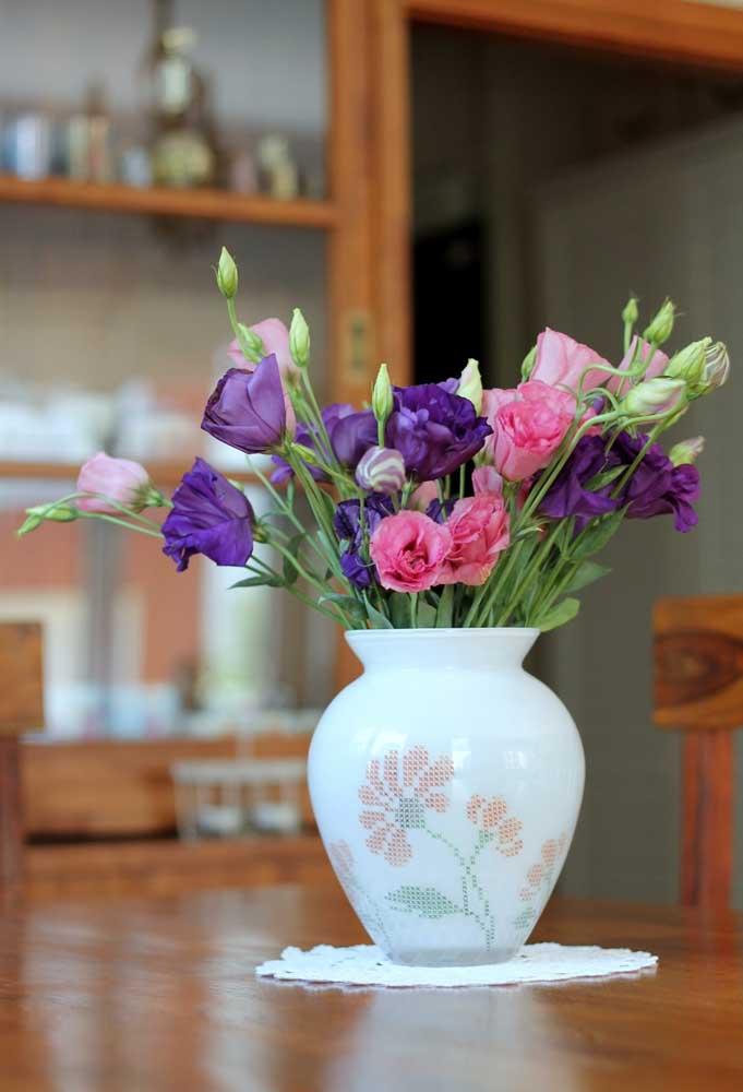 Prepare um centro de mesa pequeno feito de crochê somente para colocar o vaso de flores.