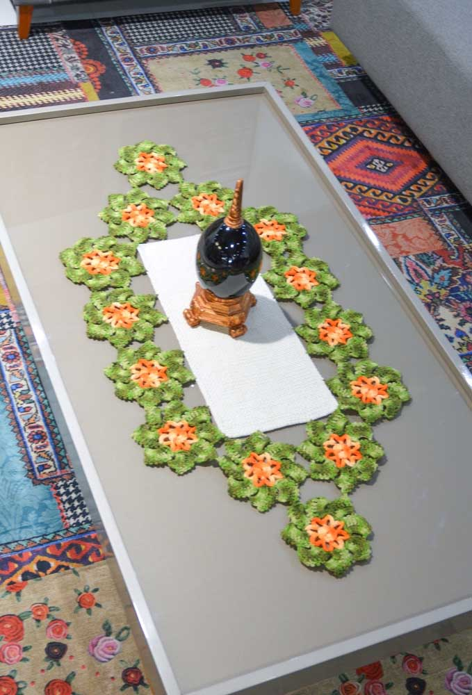 Parecem até flores naturais não é mesmo? Mas são apenas flores feitas de crochê que juntas se formam em um lindo centro de mesa.