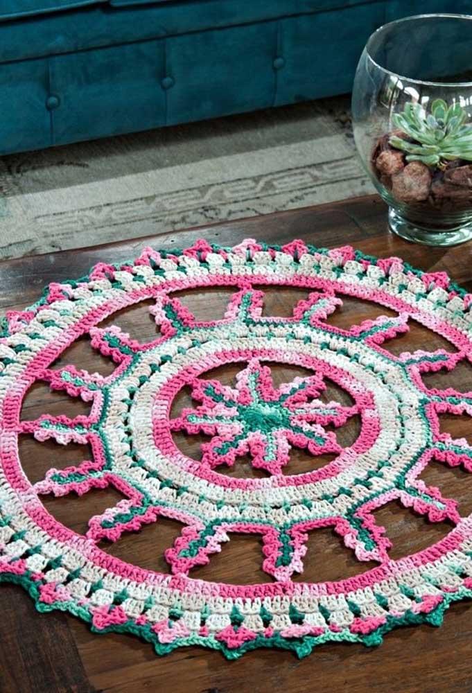 Com a criatividade você consegue fazer os mais variados modelos de centro de mesa de crochê, já que existem diversos formatos disponíveis.