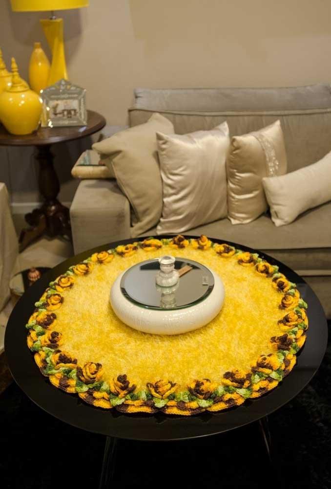 Olha como ficou lindo esse centro de mesa. Mas para fazer esse efeito é preciso misturar o crochê com outros materiais.