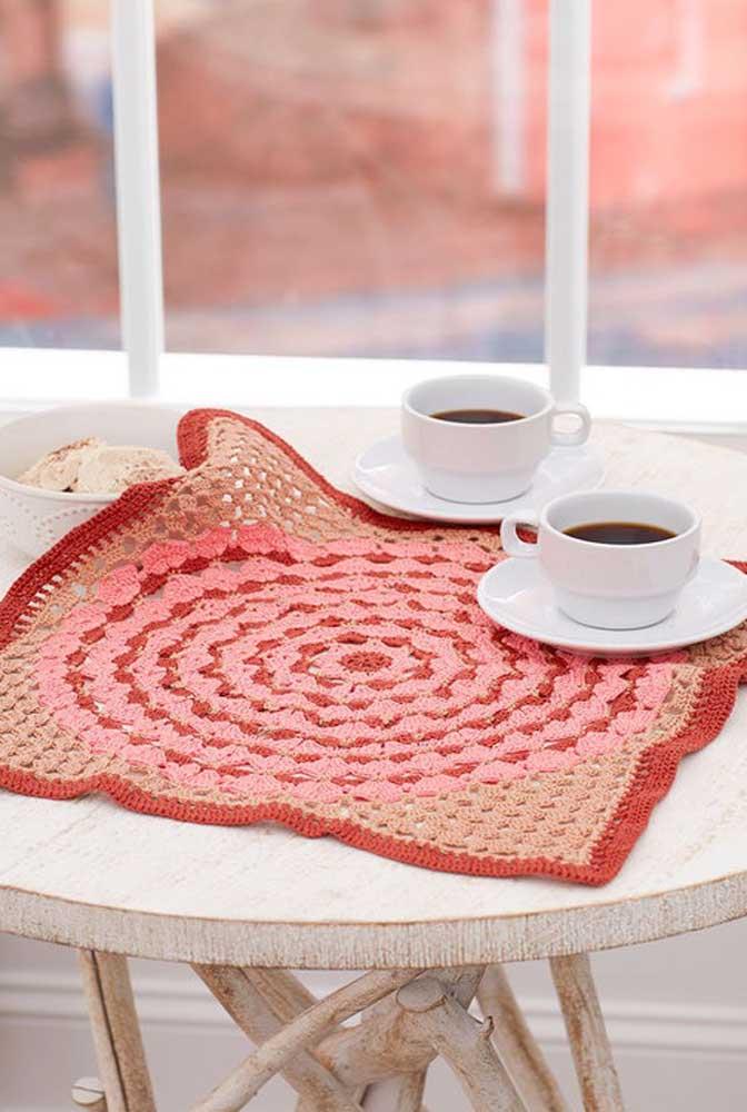Para dar um charme a mais em sua mesa, use um centro de mesa de crochê.