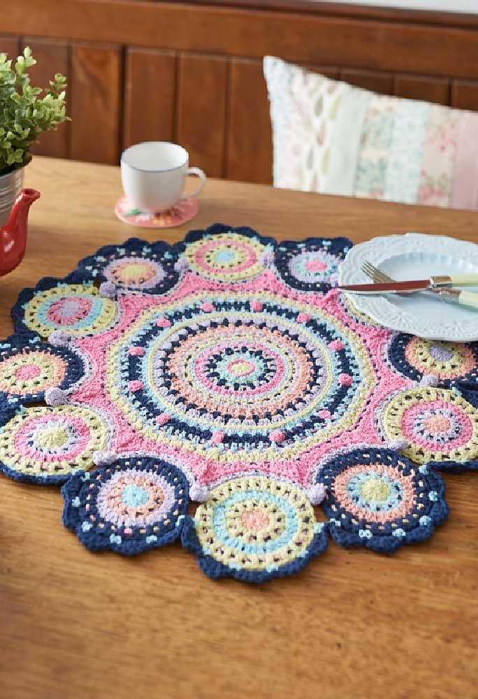 Quando você usa várias cores para fazer um centro de mesa de crochê, o efeito é fantástico.