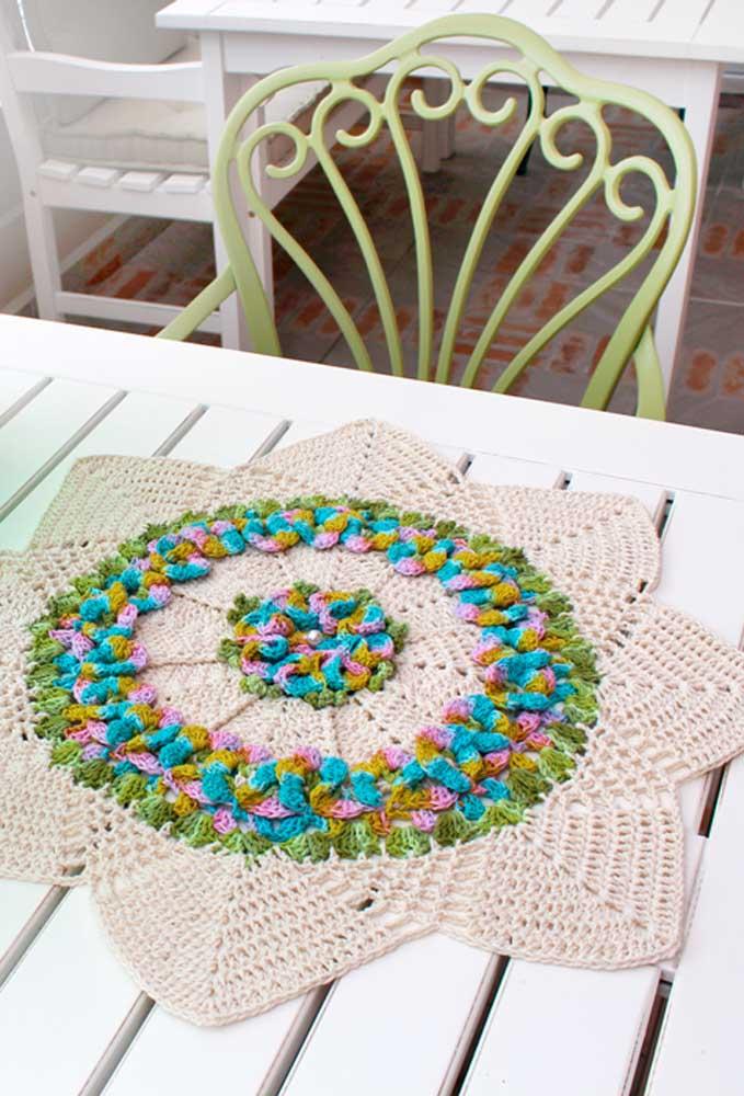 E esse centro de mesa com fundo branco e com detalhes colorido parecendo flores?