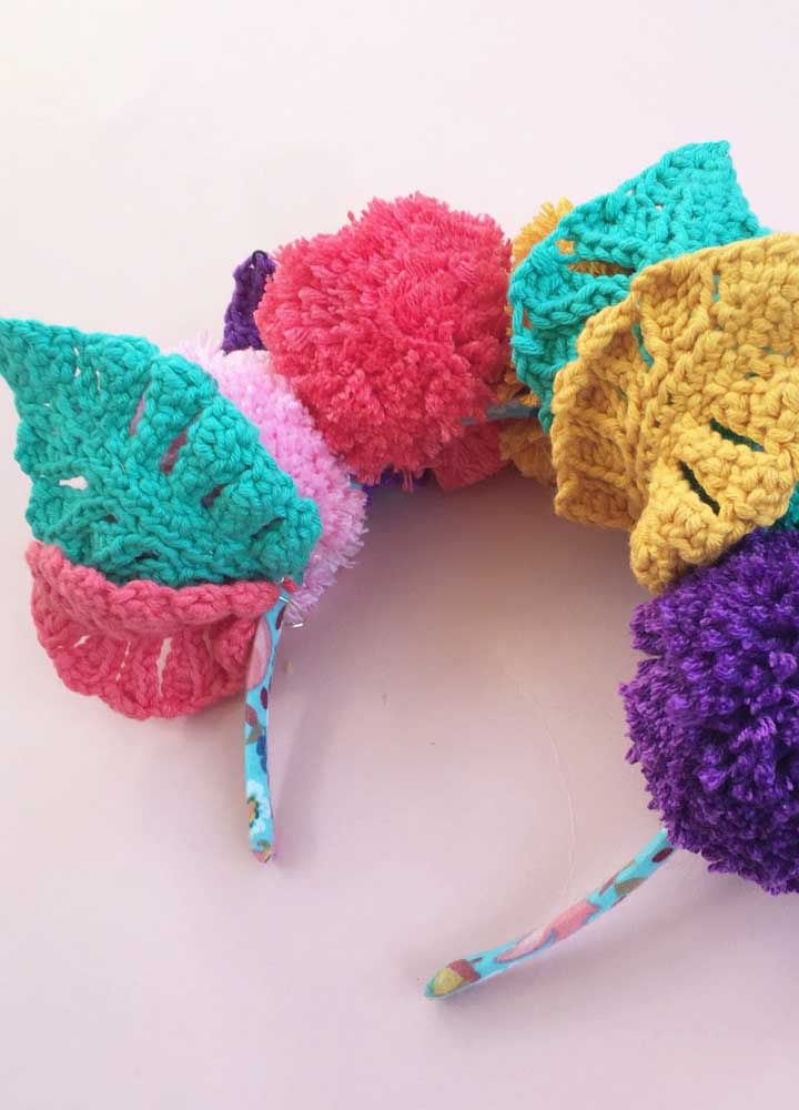 Se você usar um fio de crochê mais grosso, pode fazer folhas para prender na tiara para colocar no cabelo.