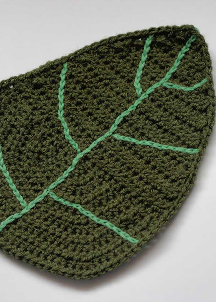 É possível fazer folhas de crochê no tamanho grande para decorar a mesa.