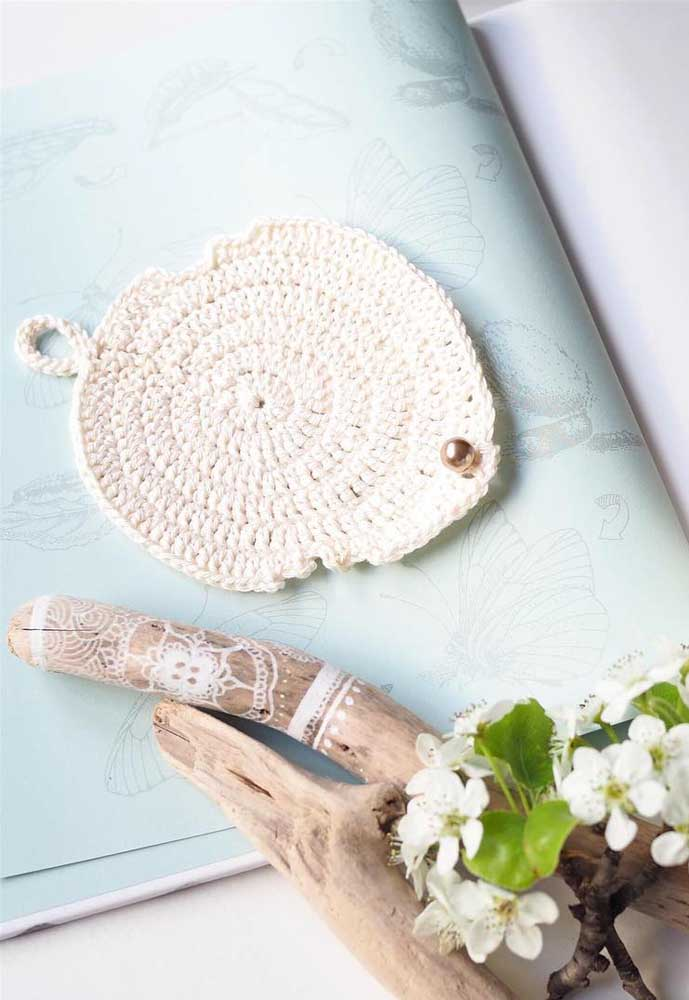 Aplicando uma pequena pérola na ponta da folha de crochê, você consegue criar um lindo objeto de decoração.