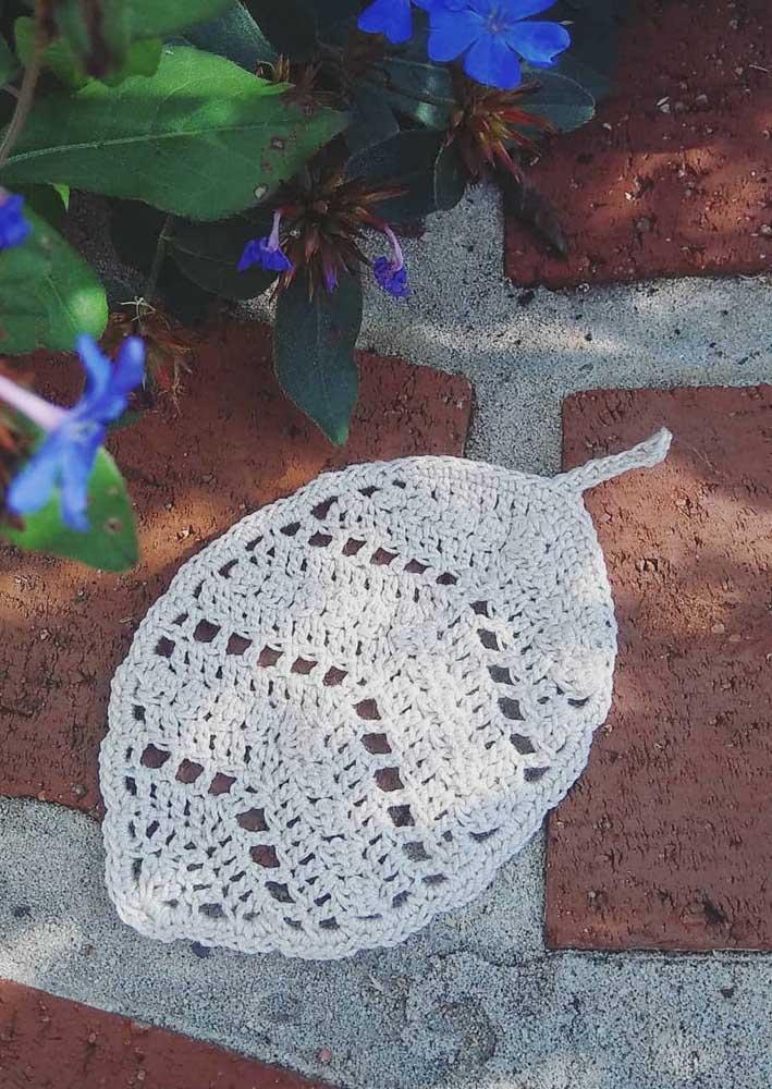 Que tal fazer várias folhas de crochê para colocar no seu jardim e depois misturá-las com as folhas naturais?