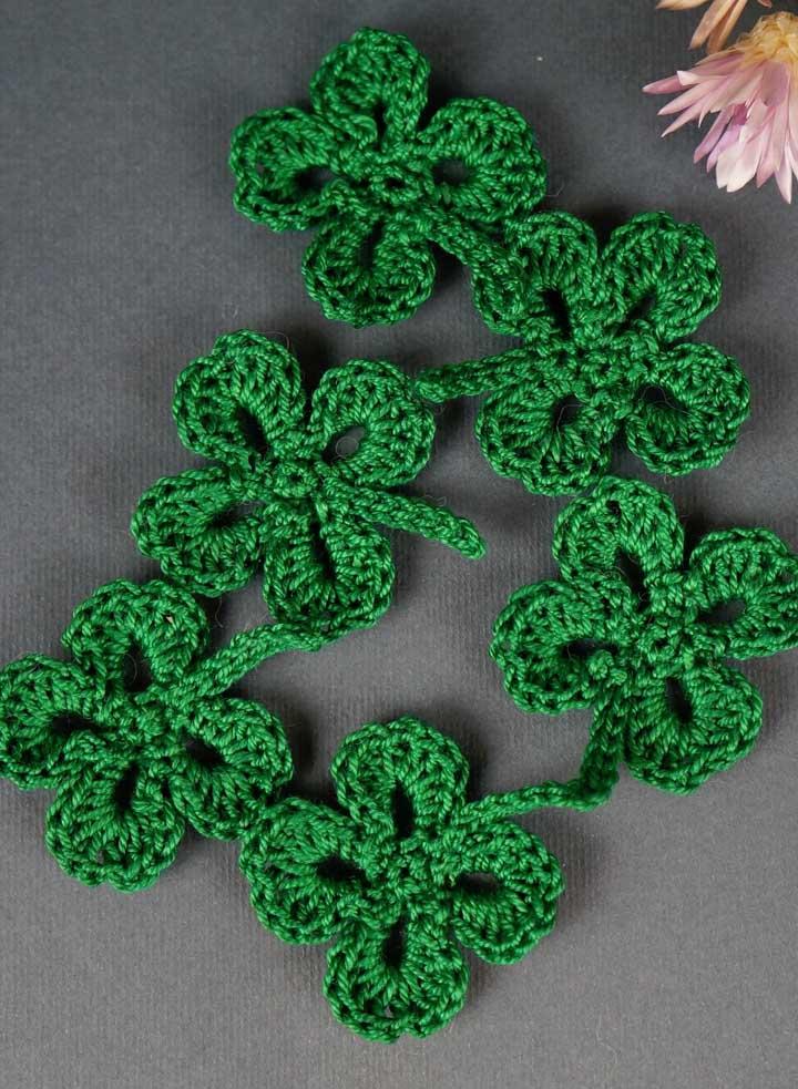 O trevo de quatro folhas pode ser unido entre eles por um ponto do crochê.