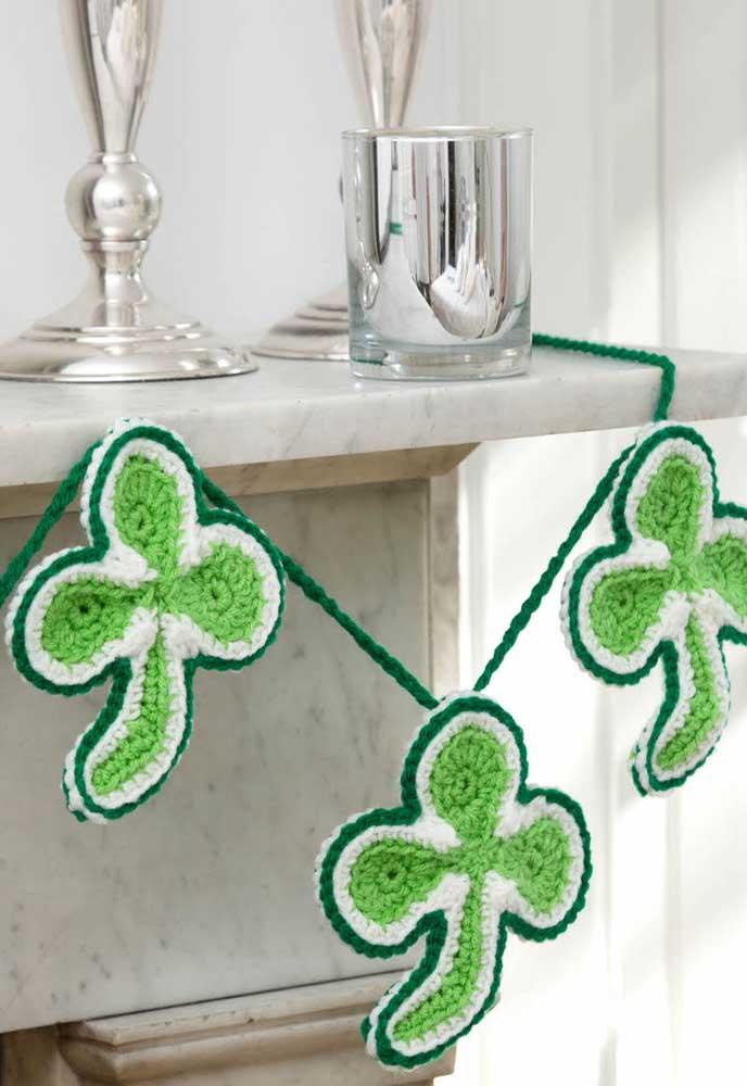 Usando diferentes tons de verde é possível criar lindas folhas de crochê.