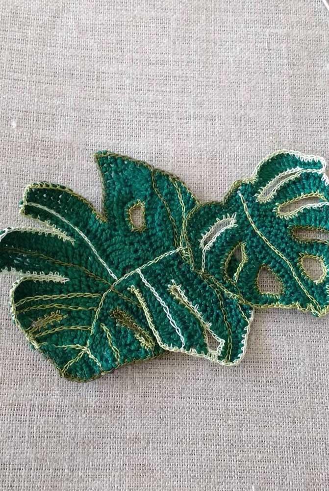 Quem olha pensa até que é uma folha de verdade, mas é apenas crochê.