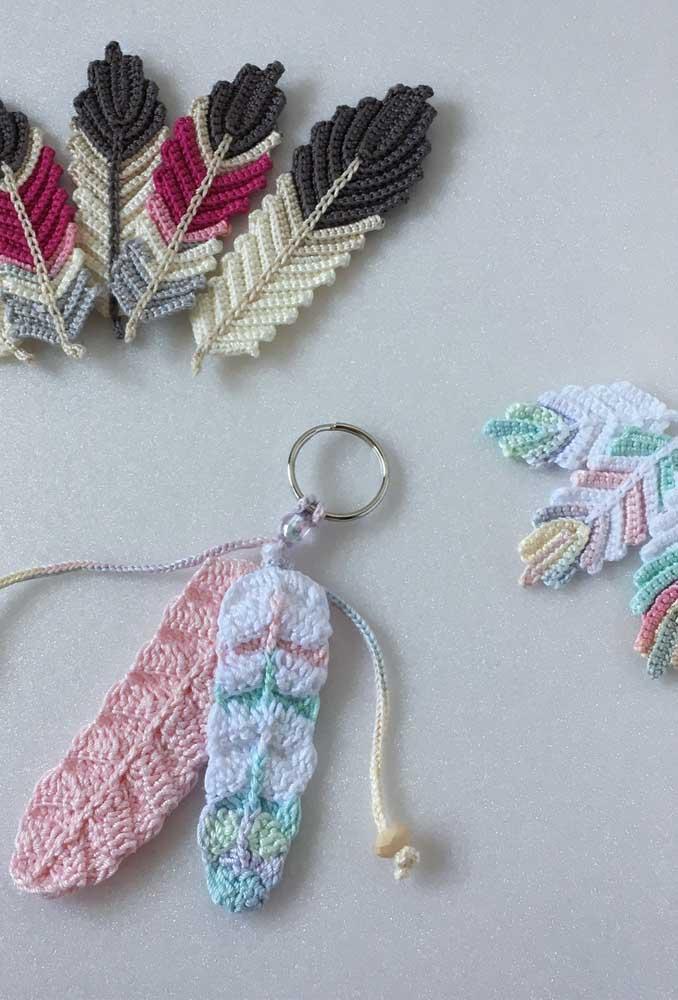 Saiba que é possível fazer algumas penas de crochê. Aproveite para produzir chaveiros com elas.