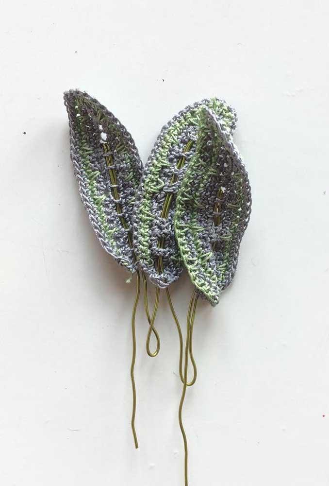 No centro das folhas de crochê use fios dourados.