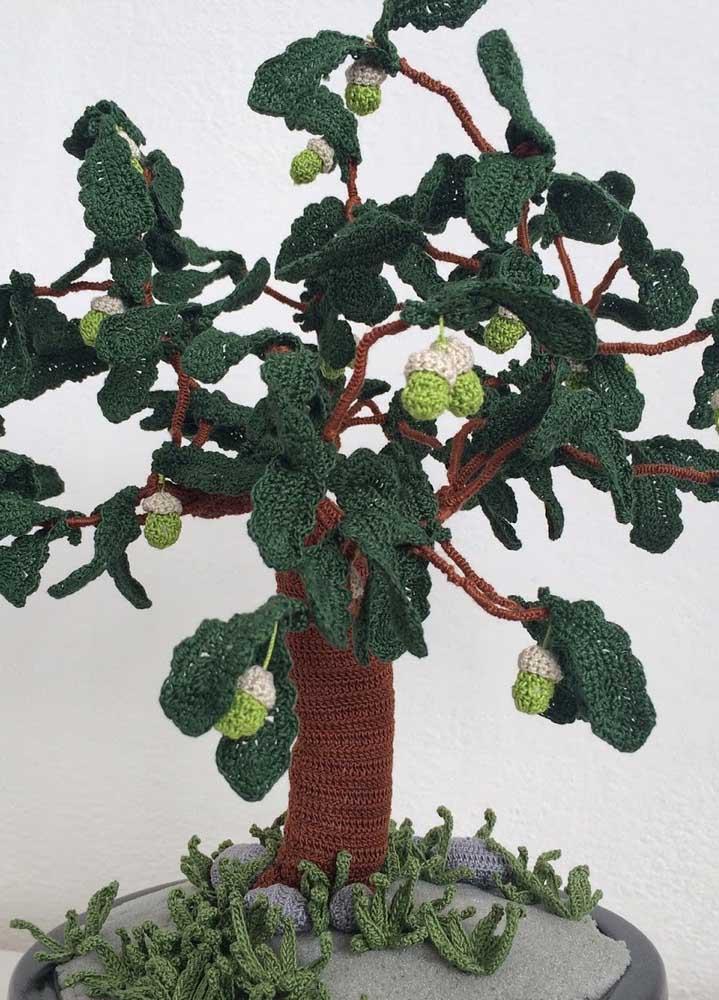 Com crochê você consegue produzir uma planta desde a sua raiz até os seus frutos. Depois é só colocar dentro de um vaso que até parece de verdade.
