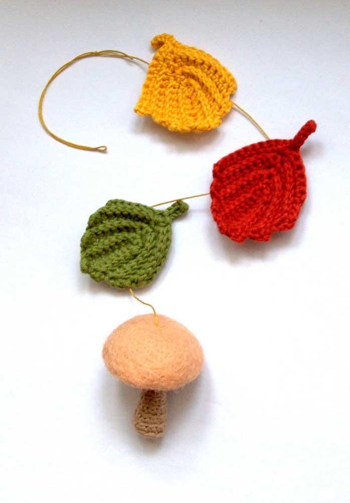 Misture folhas de crochê com cogumelos feitos com crochê e feltro.