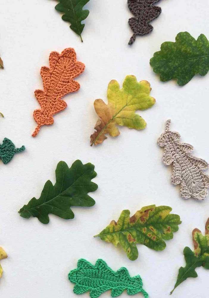 Você consegue identificar o que é o que não é folha natural? Quando misturadas com as naturais, as folhas de crochê surpreendem.