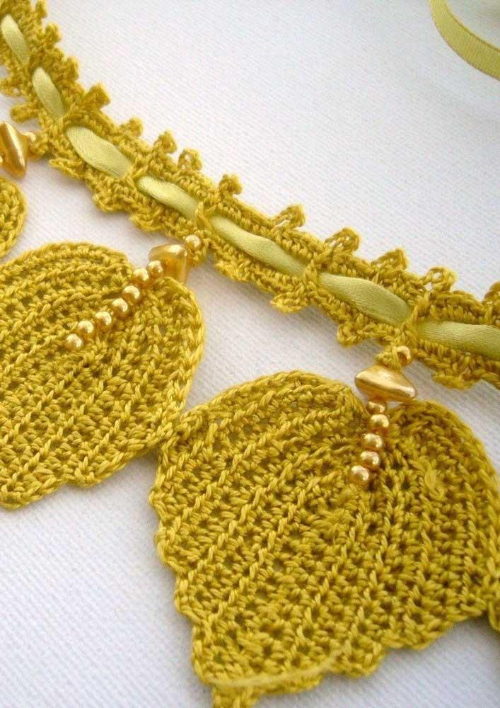 Com algumas pérolas você consegue fazer algo mais sofisticado na produção das folhas de crochê.