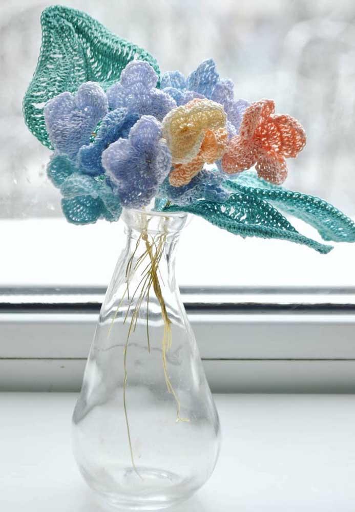 Dá até para colocar as folhas e flores de crochê no vaso como se fosse um arranjo natural.